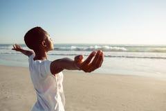 Kobiety spe?niania joga na pla?y zdjęcie royalty free
