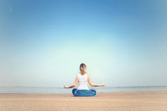 Kobiety spełniania medytaci i relaksu ćwiczenia przy morzem Fotografia Stock