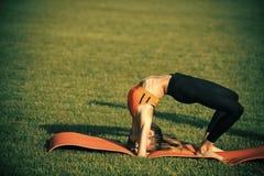 Kobiety sportsmenki szkolenie na zielonej trawie, sport zdjęcie stock