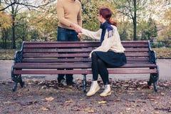 Kobiety spotkania mężczyzna w parku Fotografia Stock