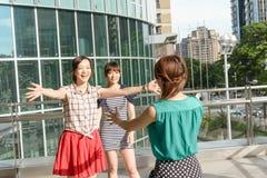 Kobiety spotkanie jej przyjaciele Zdjęcia Royalty Free