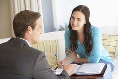 Kobiety spotkanie Z Pieniężnym Advisor W Domu obraz stock