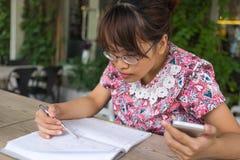 Kobiety sprawdza lista na notatniku z piórem obraz royalty free