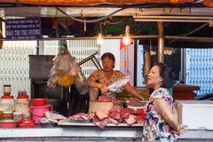 Kobiety sprzedają mięso przy mokrym rynkiem Zdjęcie Stock