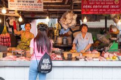 Kobiety sprzedają mięso przy mokrym rynkiem Zdjęcia Stock