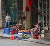 Kobiety sprzedają owoc na ulicznym rynku w Dalat, Wietnam Zdjęcie Stock