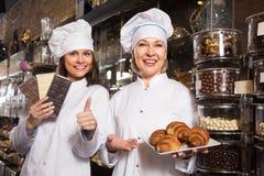 Kobiety sprzedaje czekolady i słodkiego ciasto Obraz Stock
