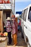 Kobiety sprzedaje jedzenie pasażery na Mekong Rzecznym promu fotografia stock
