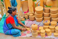 Kobiety sprzedawania bambusa i trzciny rzeczy w ona stoiskowa obrazy stock