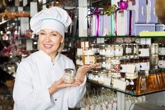 Kobiety sprzedawania ciasteczko i czekolady Obraz Stock