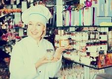 Kobiety sprzedawania ciasteczko i czekolady Obrazy Royalty Free