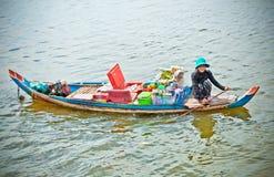 Kobiety sprzedawania towary w Tony Le Aprosza wiosce, Kambodża Zdjęcia Royalty Free