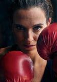 Kobiety stażowy gym boksuje mma pierścionku cienia boks mieszał wojennego a Zdjęcie Stock