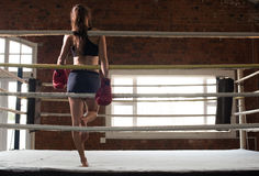 Kobiety stażowy gym boksuje mma pierścionku cienia boks mieszał wojennego a Zdjęcie Royalty Free