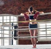 Kobiety stażowy gym boksuje mma pierścionku cienia boks mieszał wojennego a Fotografia Royalty Free