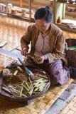 Kobiety stacza się tradycyjnych cygara na Inle jeziorze, Myanmar obrazy stock
