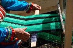 Kobiety starszy wiry na rękodziele wyłaniają się plenerowy obrazy stock