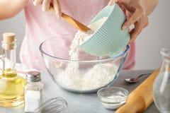 Kobiety stawiają mąkę w szklanego puchar dla kulinarnego tortilla zdjęcie stock