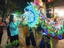 Kobiety stawiają pieniądze w smoka usta w jarskim festiwalu Obraz Stock