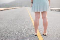 Kobiety stoi na długiej drodze Zdjęcia Royalty Free