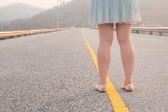 Kobiety stoi na długiej drodze Obrazy Stock