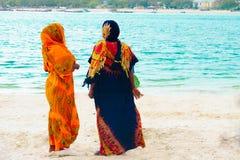 Kobiety stoi na plaży Obrazy Royalty Free