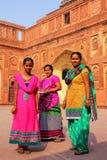 Kobiety stoi w podwórzu Jahangiri Mahal w Agra forcie, Zdjęcie Royalty Free