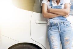 Kobiety stoją na bocznym samochodzie obraz royalty free