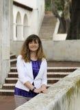 Kobiety stojaki Wśród Hiszpańskiej odrodzenie stylu architektury obrazy royalty free