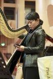 Kobiety strojeniowa harfa przed przedstawieniem obrazy royalty free