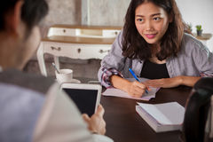 Kobiety strony internetowej zawartości pisarskiego wywiadu pomyślny biznesowy mężczyzna Zdjęcia Stock