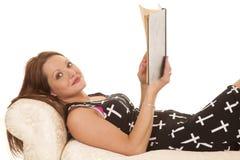 Kobiety sukni krzyże kłaść czytam patrzeć Obraz Royalty Free