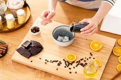Kobiety sumująca czekolada jogurt Zdjęcie Royalty Free