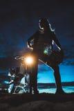 Kobiety sylwetka przeciw motocyklowi Zdjęcie Royalty Free