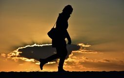 Kobiety sylwetka z chmurą na tle Obrazy Stock