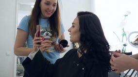 Kobiety szczęście, zadziwiająca dziewczyna fotografująca na telefonie komórkowym podczas makeup i fryzury w piękno salonie, zdjęcie wideo