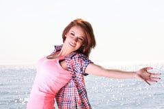 Kobiety szczęśliwy ono uśmiecha się radosny Piękny młody rozochocony Kaukaski fe Obrazy Stock