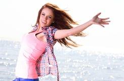 Kobiety szczęśliwy ono uśmiecha się radosny Piękny młody rozochocony Kaukaski fe Zdjęcia Royalty Free