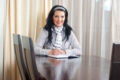 kobiety szczęśliwy stołowy writing Fotografia Stock