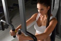 Kobiety szkolenie w gym fotografia stock