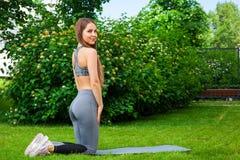 Kobiety szkolenie w parku zdjęcia royalty free