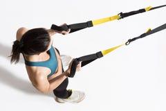 Kobiety szkolenie z zawieszenie trenera temblakiem Fotografia Royalty Free