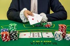 Kobiety sztuki czarna dźwigarka w kasynie, uprawia hazard pojęcie fotografia royalty free