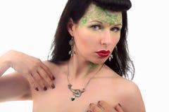 Kobiety sztuki nouveau kolczyk i kolia zadziwiający Obrazy Stock