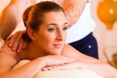 Kobiety target266_0_ wellness plecy masaż Obraz Royalty Free