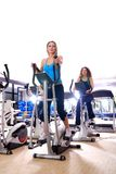 Kobiety target93_1_ rower na przędzalnianych rowerach przy gym Obrazy Royalty Free