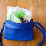 Kobiety torebka z rzeczami dbać dla dziecka Obrazy Royalty Free