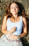 kobiety trawy leżącego young zdjęcie royalty free