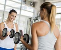 Kobiety trenuje w gym Fotografia Royalty Free