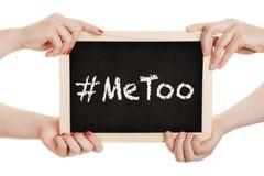 Kobiety trzyma chalkboard z metoo podpisują wewnątrz ich ręki obraz royalty free